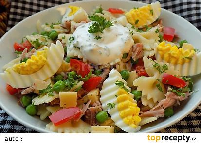 Těstovinový salát s uzeným masem a vejci