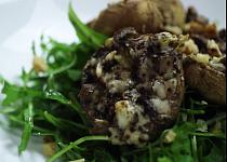Žampiony plněné gorgonzolou s vlašskými ořechy na salátku z rukoly