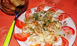 Cibulový salát s bazalkou