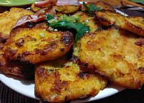 Křupavé bramborové placky se strouhanou parenicou a slaninou