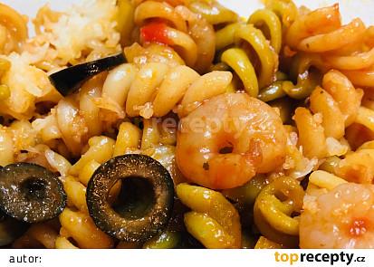 Těstoviny s krevetkami, pórkem a černými olivami