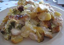 Krůtí a kuřecí prsa zapečená s brambory, brokolicí a smetanou