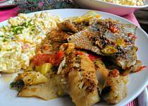 Tmavá mořská treska, pečená na másle, s mixem rajčat, soli, pepře, bylinek a citronové šťávy