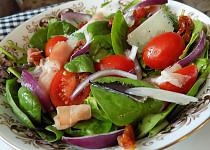 Salát z čerstvého špenátu, rajčat a sýru