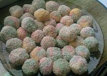 Trojbarevné kokosové kuličky