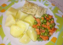 Dušené  rybí filé s mrkví a hráškem