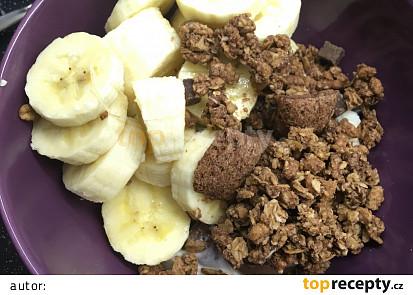 Lahodná snídaně z tvarohu, banánů, müsli a lískooříškového krému