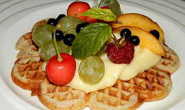 Oříškové vafle s ovocem