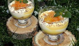 Šlehačkový pohár s vaječným koňakem a broskvemi