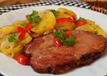 Uzená krkovice pečená s bramborami v papilotě