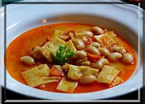 Fazolová polévka a široké nudle