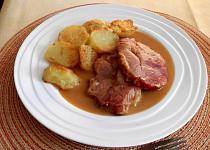 Uzené vepřové maso pečené na česneku a zelenině