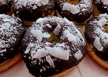 Kokosové donuty s čokoládovou polevou