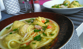 Kuřecí polévka s krekrovými knedlíčky