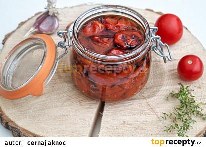 Pečená rajčata, naložená v olivovém oleji, s česnekem a tymiánem