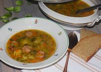 Polévka z růžičkové kapusty s klobáskou