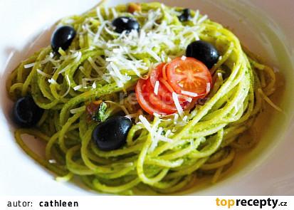 Špagety s rukolovým pestem a černými olivami