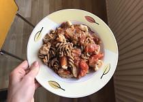 Těstoviny s kuřecími kousky a rajčaty