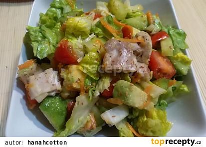 Zeleninový salát s kuřetem a avokádem