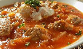 Zelná polévka s kousky masa a rajčaty