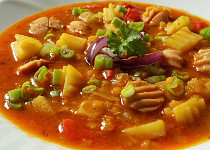 Gulášová polévka s párky a červenou čočkou