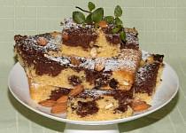 Dvoubarevná buchta s mandlemi a sušenými švestkami