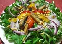 Teplý salát z hub s červenými a žlutými paprikami