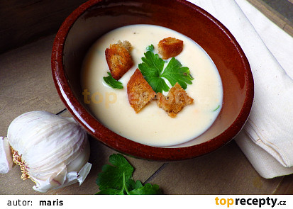 Bílá sýrová polévka s česnekem a krutonky