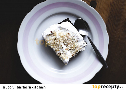 Cuketový koláč s kokosovou šlehačkou