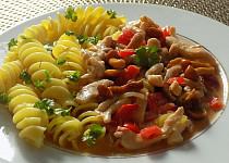 Kuřecí nudličky s nakládanými houbami a paprikou