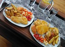 Kuřecí stehna v kukuřičné krustě s pečenými bramborami a zeleninou