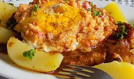 Přírodní kotleta s šunkovo-sýrovým vejcem