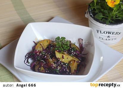 Salát z pečených brambor s červeným zelím