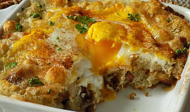 Zapečené tvarůžky s vejci a chlebem opečeným na slanině