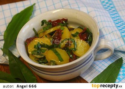 Německý bramborový salát s medvědím česnekem a sušenými rajčaty
