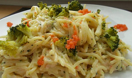 Špagety se sýrovou omáčkou, treskou a brokolicí