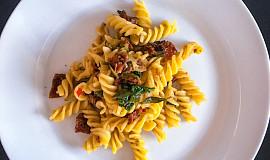 Těstoviny s italskou klobáskou salsiccia, sušenými rajčaty a bazalkou