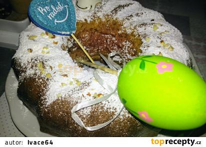 Velikonoční bábovka s likérovým jogurtem a banánem