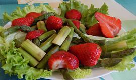 Salát ze zeleného chřestu s jahodami