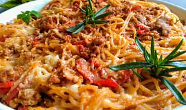Špagety s krůtí směsí,  paprikami a sýrem (na dva způsoby)