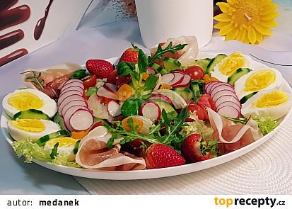 Zeleninový salát tisíce barev s šunkou a vejci.