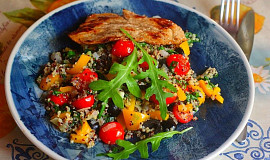 Barevná quinoa s rajčátky, rukolou a olivami