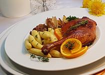 Kachní stehna na šalotce, pomerančích a bramborové šišky s tymiánem