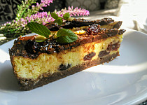 Kokosový cheesecake s brusinkami a čokoládou