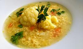 Květáková polévka s kořenovou zeleninou a pórkem