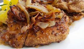 Vepřové kotlety a krkovice pečené v hrubozrnné hořčici, slanině a  cibulích