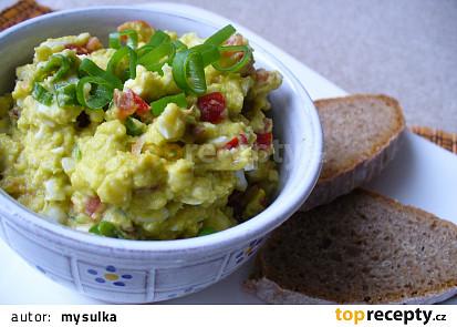Avokádová pomazánka s vejci a rajčaty