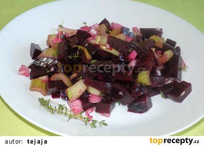 Jednoduchý salát z červené řepy a řapíkatého celeru