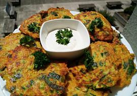 Křupavé zeleninové placičky se zakysanou smetanou