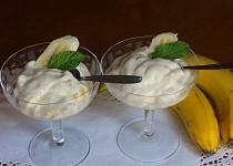 Mražený banánový krém se zlatými rozinkami